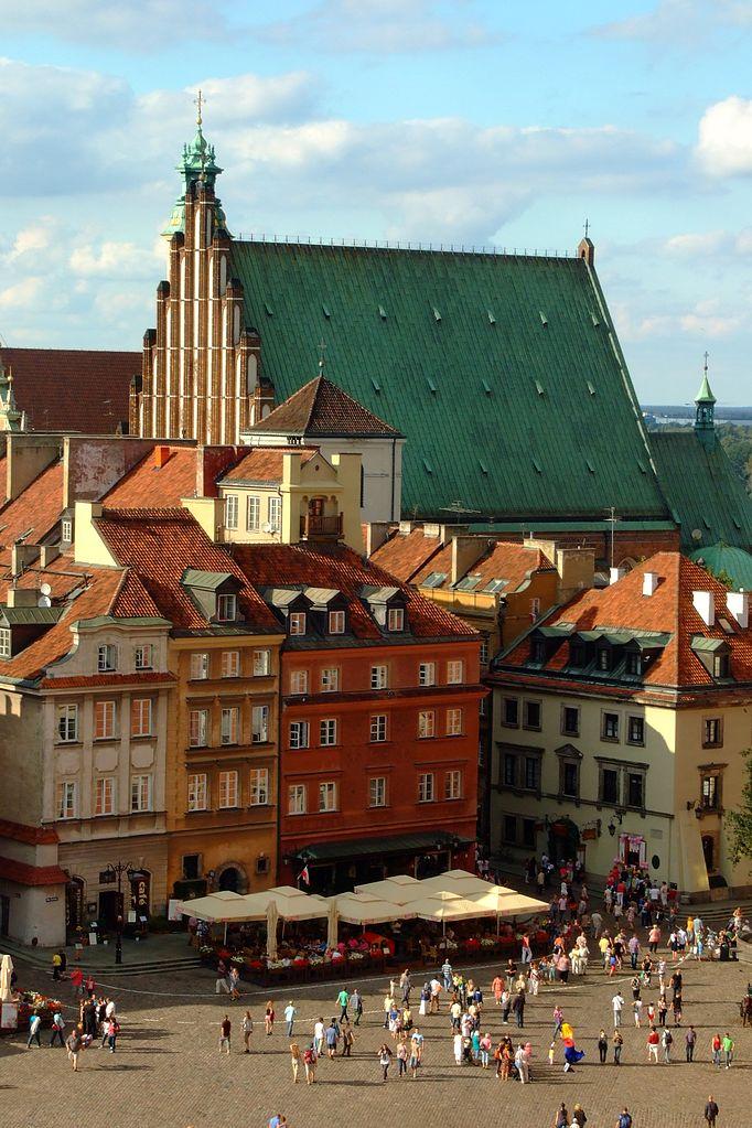 > En arrière plan, l'église Saint Jean dans la Vieille ville de Varsovie - Photo de Ferdziu