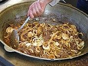 Nouilles et morceaux de viande mijotant dans une casserole.