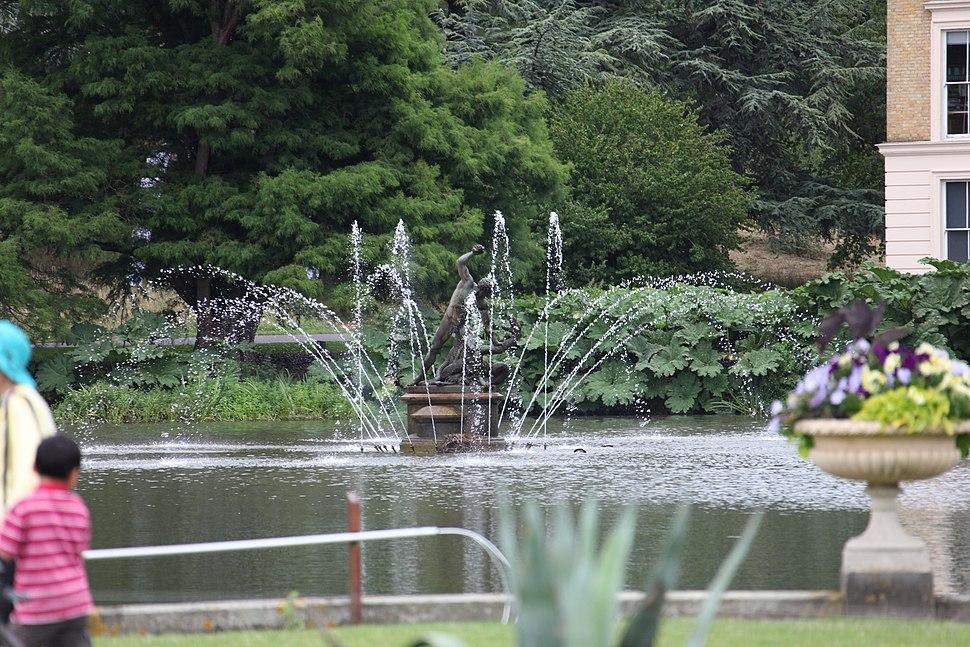 Kew fountain (short exposure)