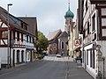 Konstanzer Straße und St. Niklaus-Kirche in Allensbach.jpg
