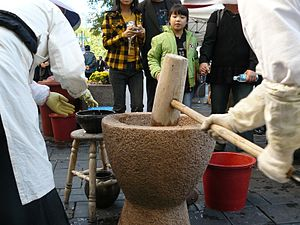 Injeolmi - Image: Korean rice cake Pounding tteok 01