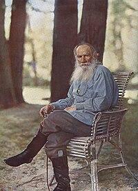"""Lev Tolstoy 1908'de """"Yasnaya Polyana""""da. Bu fotoğraf Rusya'da çekilmiş ilk renkli portre fotoğrafıdır."""