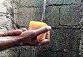 Lavage des mains à de l'eau courante.jpg