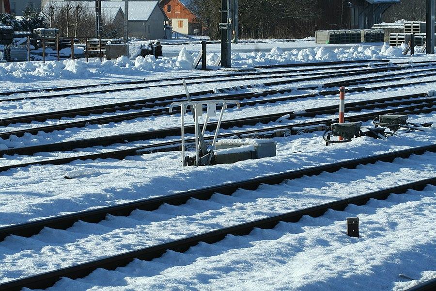 Levier d'aiguillage et voies sous la neige, gare de Frasne.