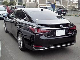 "Lexus ES300h""version L"" (6AA-AXZH10-AEXGB) rear.jpg"