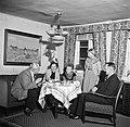 Links Willem van de Poll drinkt koffie met het gezin Dirchsen in hun woonkamer, Bestanddeelnr 252-8780.jpg