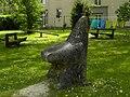 Linz-Urfahr - Steinplastik Sitzender Bär - von Hannes Haslecker.jpg