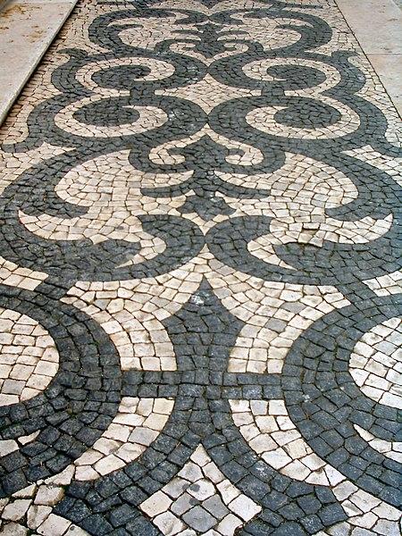 hola....-http://upload.wikimedia.org/wikipedia/commons/thumb/c/c6/Lisbon_calcada.jpg/450px-Lisbon_calcada.jpg