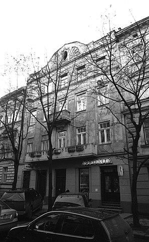 Дом во Львове на улице Богдана Лепкого 4, где, согласно автобиографии Лема «Высокий замок», он жил в детстве: «Жили мы на Браеровской улице, в доме номер четыре, на третьем этаже»