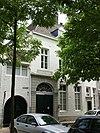 foto van Voormalige Poort van Oost met brede lijstgevel en een koetspoort.