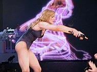 Madonna durante la interpretación de «Hung Up» en 2006.