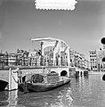 Magere Brug Amsterdam krijgt een kwastje verf, Bestanddeelnr 905-6781.jpg