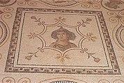 mosaik på golvet som representerar en kvinnas huvud