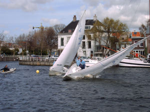 Forces on sails - Wind gust increasing heeling moment on the right-hand J/22-class boat.