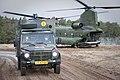 Medische-evacuatie-met-een-chinook-transporthelikopter-en-militaire-ziekenauto.jpg