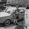 Meisje met stokbroden en boodschappenmand, Bestanddeelnr 254-0410.jpg