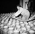 Melkfabriek man vult de melkbussen, Bestanddeelnr 252-9451.jpg