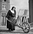 Moeder overste met kruiwagen, Bestanddeelnr 191-1164.jpg