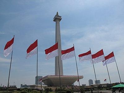 Bendera Indonesia berkibar di Monumen Nasional dalam perayaan Hari Proklamasi Kemerdekaan Indonesia pada tahun 2013.