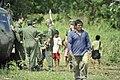 Moradores de Paricatuba acompanham os militares que estão na região para os treinos da Operação Amazônia (8021585363).jpg