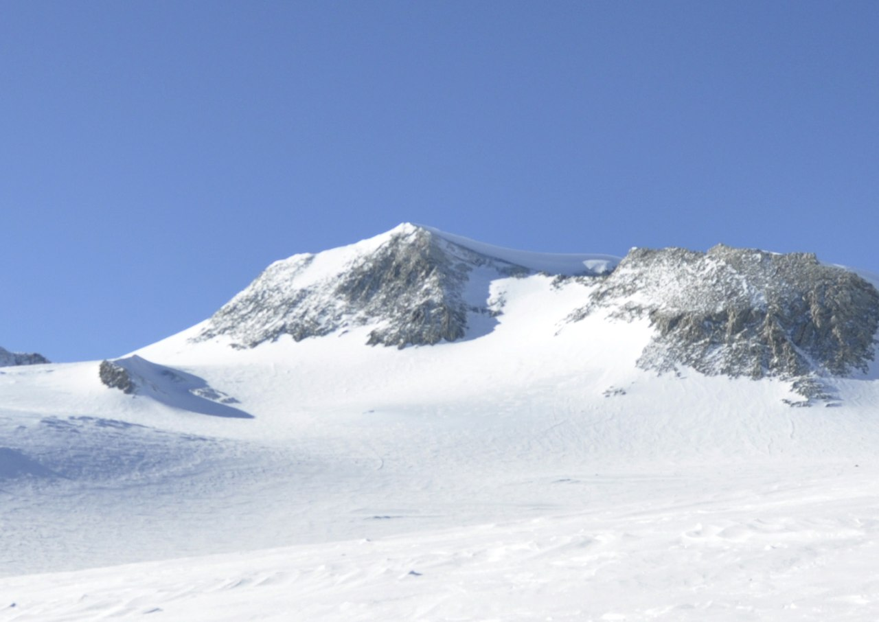 1280px Mount Vinson from NW at Vinson Plateau by Christian Stangl (flickr)