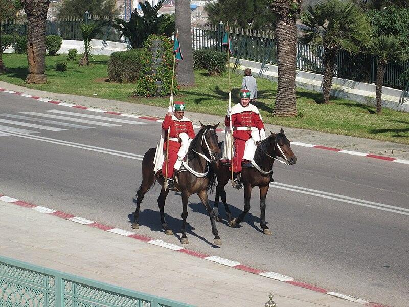 الحرس الملكي المغربي ......Garde royale marocaine 800px-Mounted_Moroccan_Royal_Guards