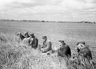 Lunch - Image: Nieuw Scheemda Schaftende landarbeiders ca. 1955