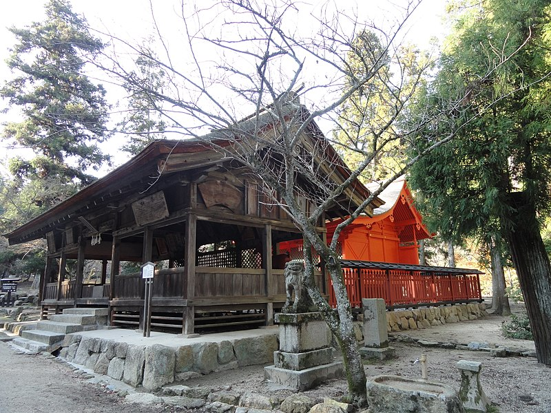 https://upload.wikimedia.org/wikipedia/commons/thumb/c/c6/Omoto_Shrine_%28Miyajima%29_-_DSC02291.JPG/800px-Omoto_Shrine_%28Miyajima%29_-_DSC02291.JPG