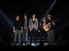 Gli One Direction durante l'X Factor Tour nel 2011.