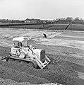 Ontginning, grondbewerking, egaliseren, bezanden, arbeiders, bulldozers, Bestanddeelnr 159-0179.jpg