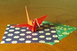 אוריגמי מסורתי בדמות עגור ודפי אוריגמי טיפוסיים