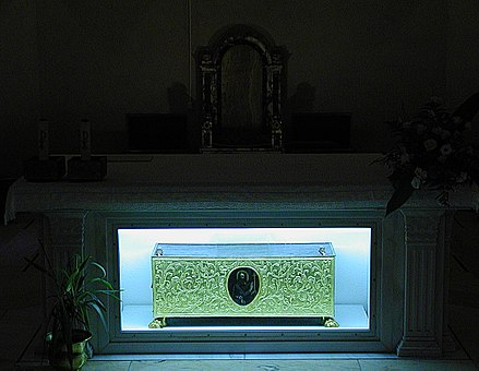 Relics of Thomas in the Cathedral of Ortona Ortona -Reliquary chest of Saint Thomas- 2006 by-RaBoe 02.jpg