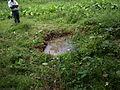 Overblijfselen van de ommuurde nonnenput in kamp Aek Pamienke II.JPG
