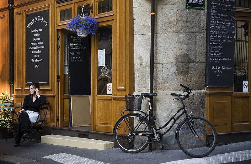 File:Paris - A waitress making a Phone call - 4588.jpg