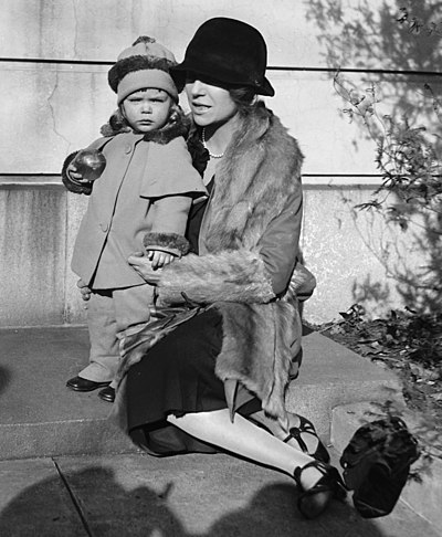 Alice Roosevelt Longworth on her 43rd birthday in 1927 with her daughter Paulina, age 2. The child's biological father was Senator William Borah. Paulina & Alice Roosevelt Longworth.jpg