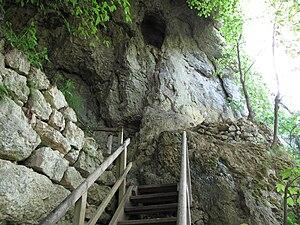 Aufgang zum Portal der Petershöhle