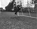 Piet Schrijvers tijdens het stoppen van de bal, Bestanddeelnr 918-3971.jpg