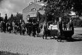 Pohjoinen hautausmaa (=Malmin hautausmaa), Paavo Skarinin hautajaiset, hautasaatto, taustalla Ison kappelin sisäänkäynti. - N151415 (hkm.HKMS000005-km0000lifb).jpg