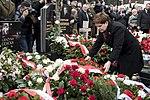 Premier Beata Szydło składa wieniec na grobie Grażyny Gęsickiej ofiary tragedii smoleńskiej.jpg