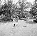 Prinses Irene met een klasgenote en een kat in de tuin, Bestanddeelnr 255-7387.jpg
