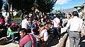Qero Qayles. Hombres chachando coca en la avenida principal de San Sebastián de Sacraca.jpg