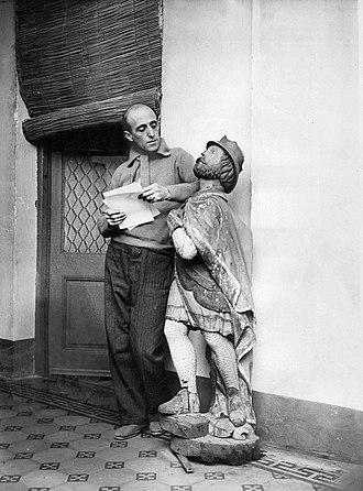 Benito Quinquela Martín - Quinquela posing with a figurehead, 1936