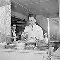 Restauranthouder bij het bereiden van het gerecht poischich, Bestanddeelnr 255-6511.jpg
