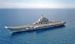 """""""Admirał Kuzniecow"""" z lądującym amerykańskim śmigłowcem SH-60, styczeń 1996"""
