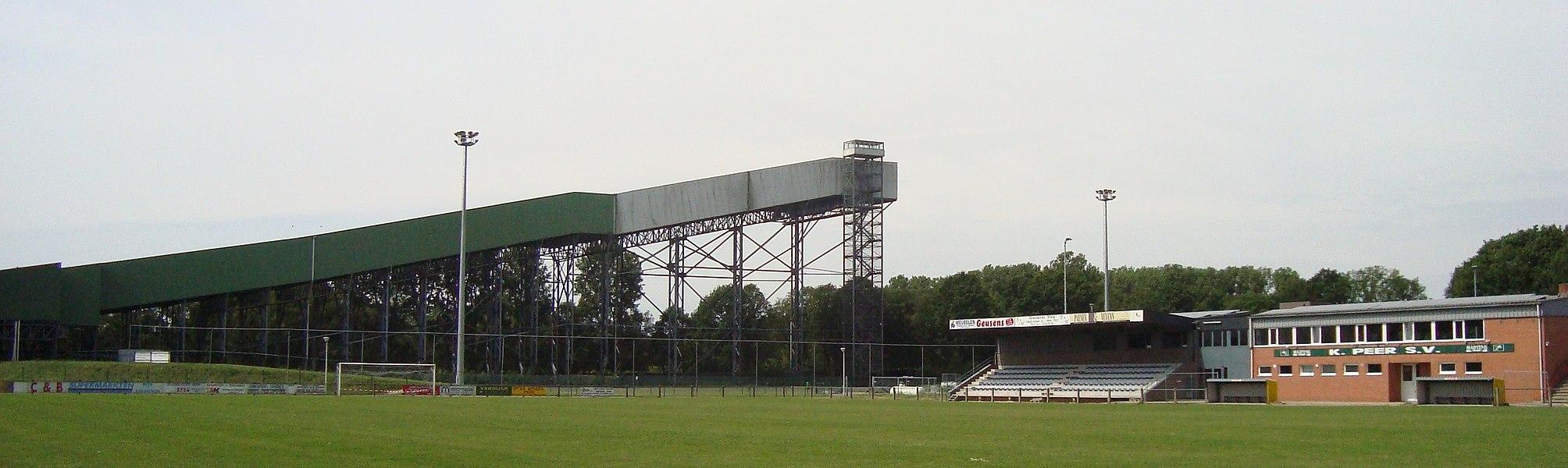 De voetbalterreinen van Peer SV op de voorgrond met de wieler-, atletiek, en skipiste op de achtergrond