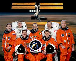 v. l. n. r. vorne sitzend: Kent Rominger, Jeffrey Ashby; hinten stehend: Juri Lontschakow, Scott Parazynski, Umberto Guidoni, Chris Hadfield, John Phillips