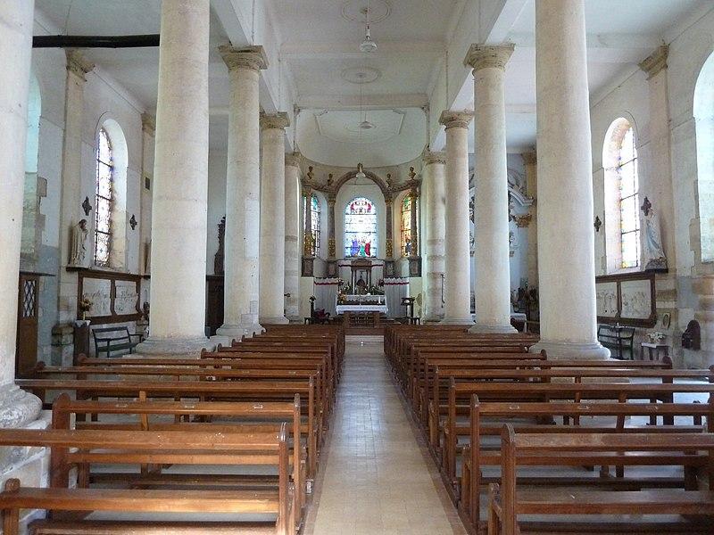 Saint-Mard-sur-le-Mont - l'église. Des colonnes doriques séparent la nef des collatéraux.