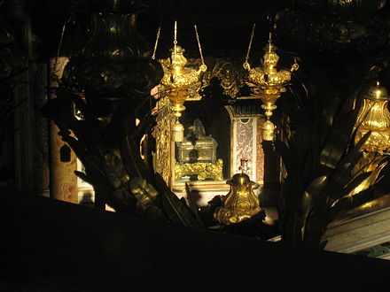 Looking down into the confessio near the tomb of Apostle Peter, St. Peter's Basilica, Rome SaintPeterRelic.jpg