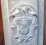 San domenico, fiesole, int., stemma su un balaustrino.JPG