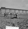 Schoolvoetbal op woensdagmiddag op opgespoten land, Bestanddeelnr 907-5572.jpg
